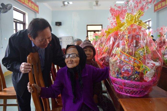 Nguoi ngheo o Quang Binh xuc dong nhan qua Tet tu Bo truong Truong Minh Tuan hinh anh 2