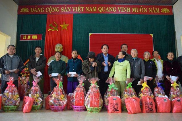 Nguoi ngheo o Quang Binh xuc dong nhan qua Tet tu Bo truong Truong Minh Tuan hinh anh 7