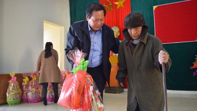 Nguoi ngheo o Quang Binh xuc dong nhan qua Tet tu Bo truong Truong Minh Tuan hinh anh 8