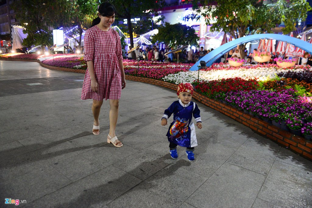 Anh: Duong hoa Nguyen Hue ken cung nguoi trong dem khai mac hinh anh 10