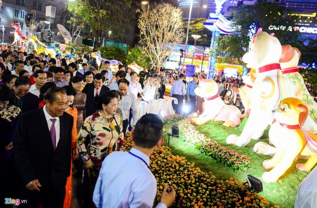 Anh: Duong hoa Nguyen Hue ken cung nguoi trong dem khai mac hinh anh 2