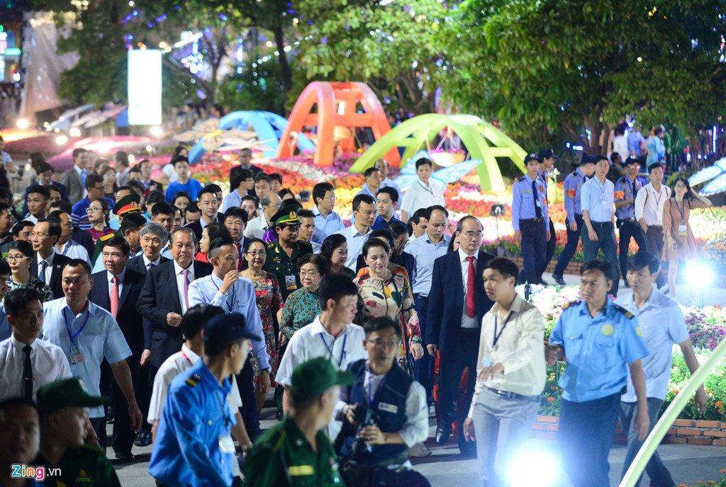 Anh: Duong hoa Nguyen Hue ken cung nguoi trong dem khai mac hinh anh 3
