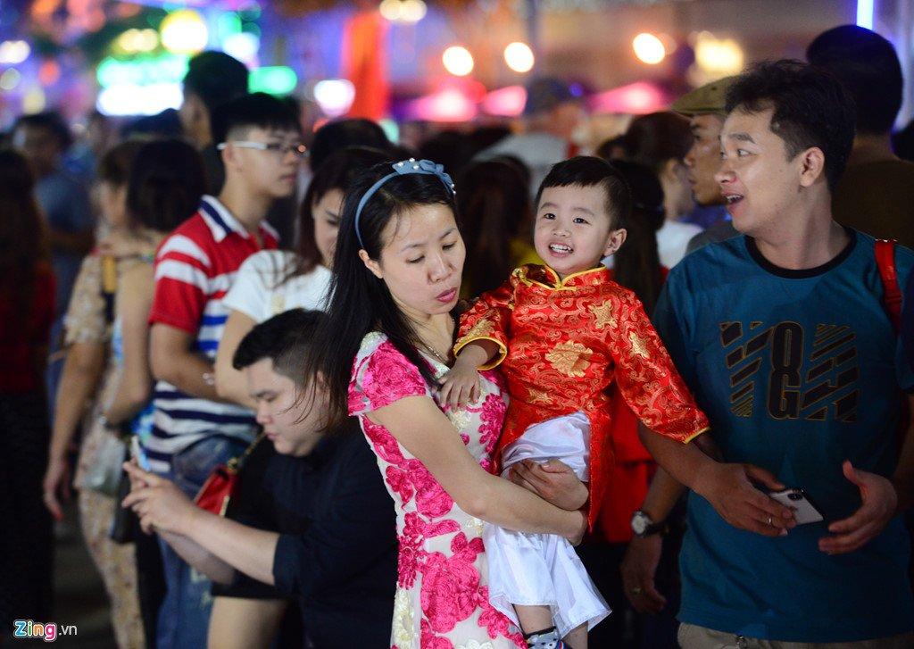 Anh: Duong hoa Nguyen Hue ken cung nguoi trong dem khai mac hinh anh 6