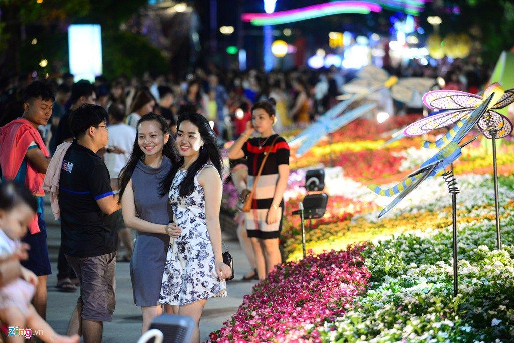 Anh: Duong hoa Nguyen Hue ken cung nguoi trong dem khai mac hinh anh 7