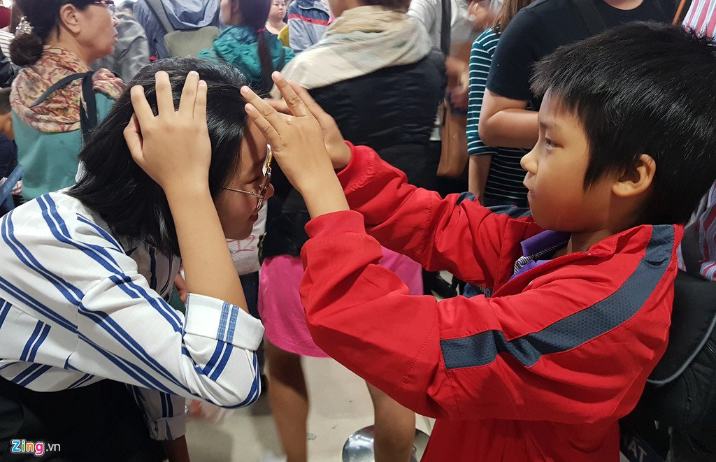 Anh: San bay Tan Son Nhat dong nghet nguoi ngay 29 Tet hinh anh 11