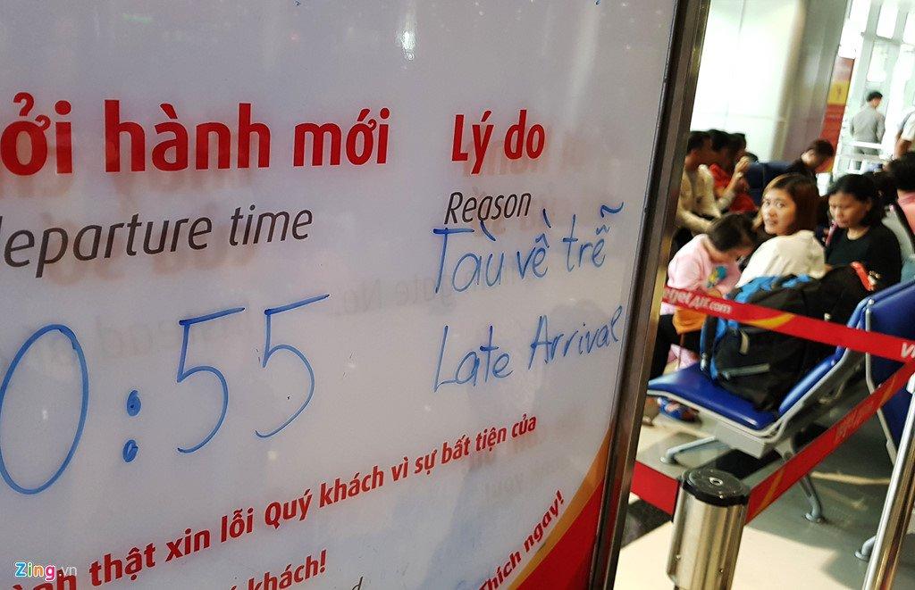 Anh: San bay Tan Son Nhat dong nghet nguoi ngay 29 Tet hinh anh 17