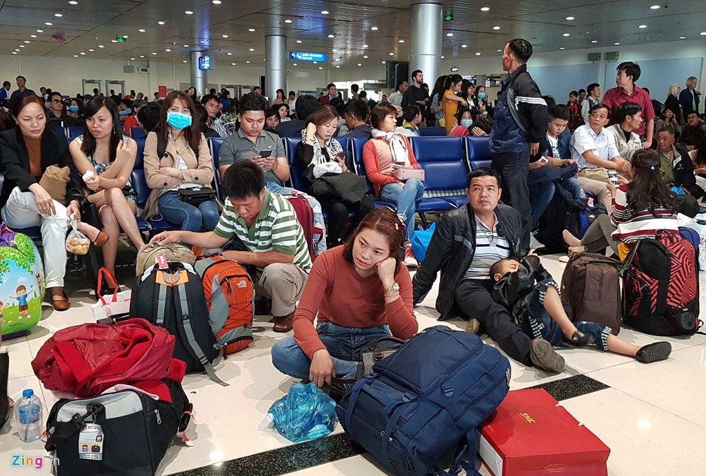 Anh: San bay Tan Son Nhat dong nghet nguoi ngay 29 Tet hinh anh 18