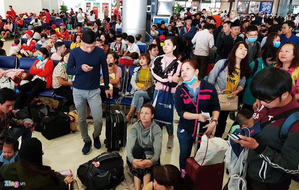 Anh: San bay Tan Son Nhat dong nghet nguoi ngay 29 Tet hinh anh 20