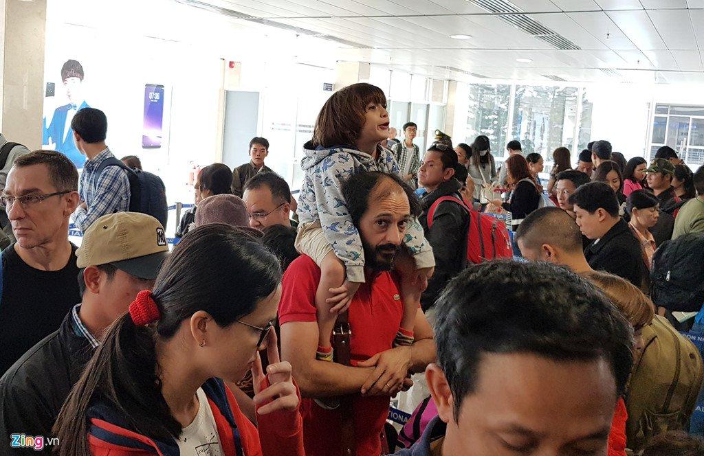 Anh: San bay Tan Son Nhat dong nghet nguoi ngay 29 Tet hinh anh 8