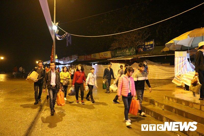 Du khách ùn ùn đổ về chùa Hương từ mờ sáng trong ngày khai hội - Ảnh 5.