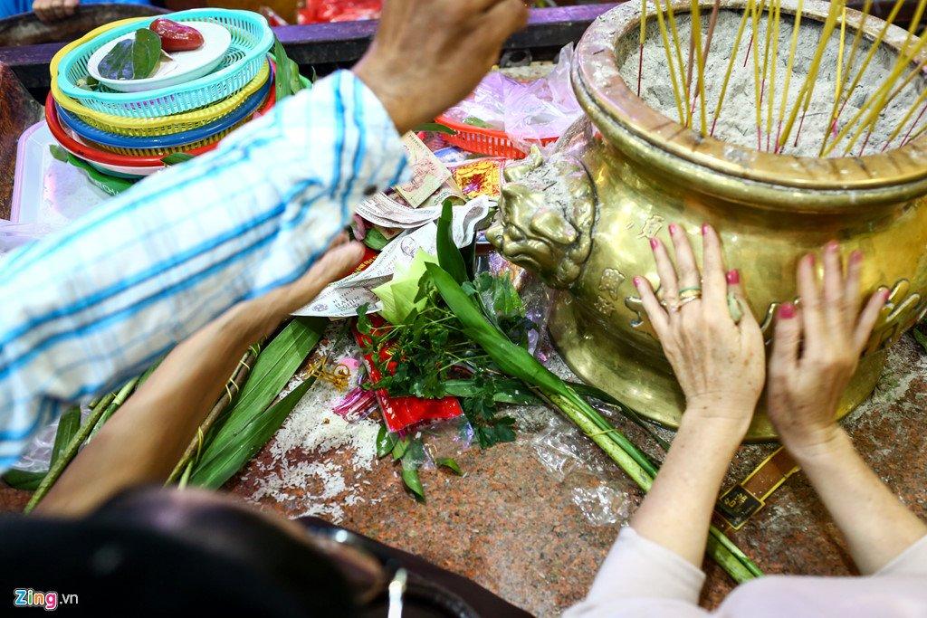 Anh: Dong nguoi nhe nhai mo hoi, chen lan trong le chua Ba Binh Duong hinh anh 12