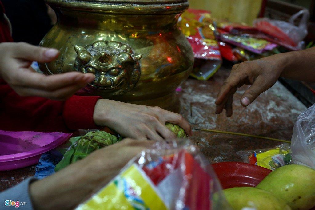 Anh: Dong nguoi nhe nhai mo hoi, chen lan trong le chua Ba Binh Duong hinh anh 11