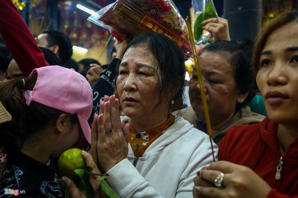 Anh: Dong nguoi nhe nhai mo hoi, chen lan trong le chua Ba Binh Duong hinh anh 13