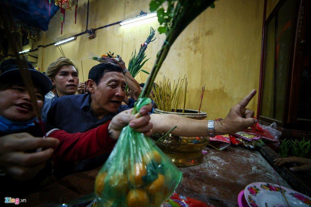 Anh: Dong nguoi nhe nhai mo hoi, chen lan trong le chua Ba Binh Duong hinh anh 14