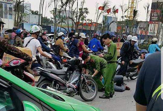 Truy duoi xe khach lang lach danh vong, cong an bi tai xe hanh hung hinh anh 1