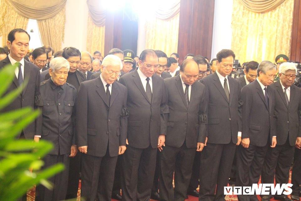 Tong Bi thu Nguyen Phu Trong den vieng, viet loi tiec thuong nguyen Thu tuong Phan Van Khai hinh anh 2