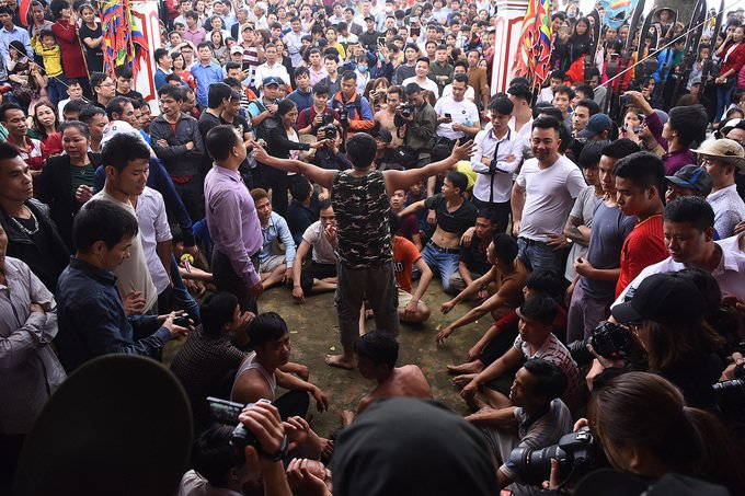 Anh: Hang tram trai lang khua chieng, go trong truoc san dinh phan doi quyet dinh dung cuop phet Hien Quan hinh anh 7