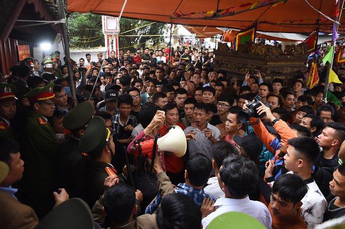 Anh: Hang tram trai lang khua chieng, go trong truoc san dinh phan doi quyet dinh dung cuop phet Hien Quan hinh anh 9