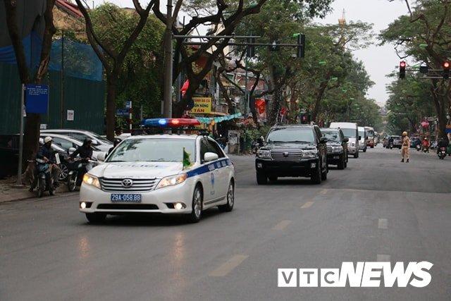 Anh: Doan xe cho nhan vien an ninh Trieu Tien ve khach san Melia o Ha Noi hinh anh 1