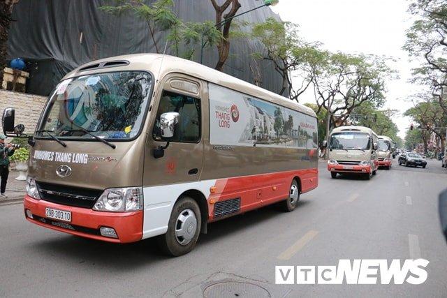Anh: Doan xe cho nhan vien an ninh Trieu Tien ve khach san Melia o Ha Noi hinh anh 2