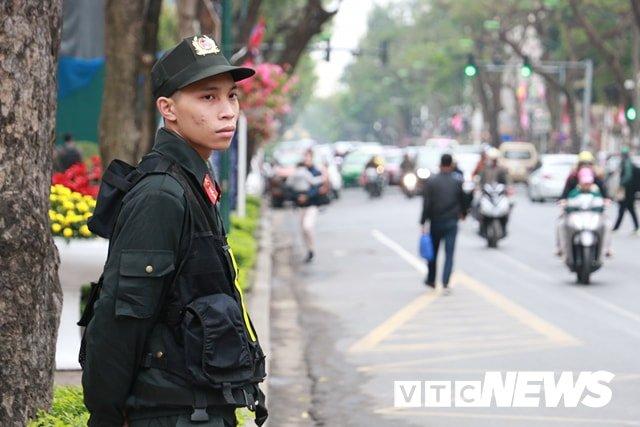 Anh: Doan xe cho nhan vien an ninh Trieu Tien ve khach san Melia o Ha Noi hinh anh 11