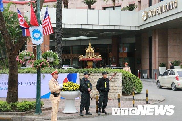 Anh: Doan xe cho nhan vien an ninh Trieu Tien ve khach san Melia o Ha Noi hinh anh 10