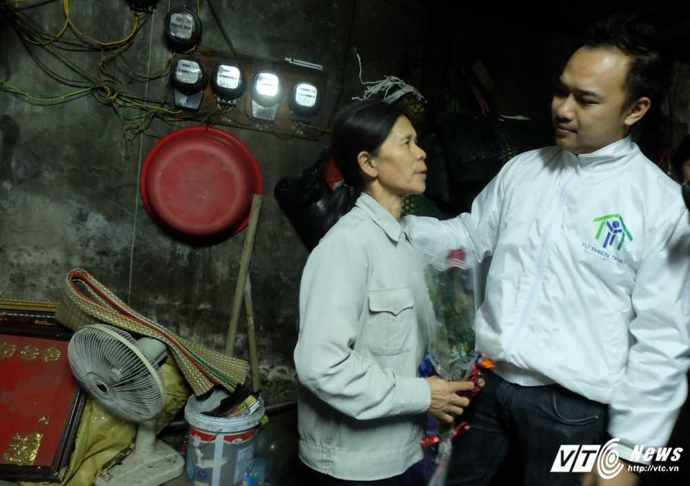 Ngay Quoc te Phu nu 2017: Nhung phu nu nhat phe lieu bat ngo duoc tang hoa hong trong dem hinh anh 3