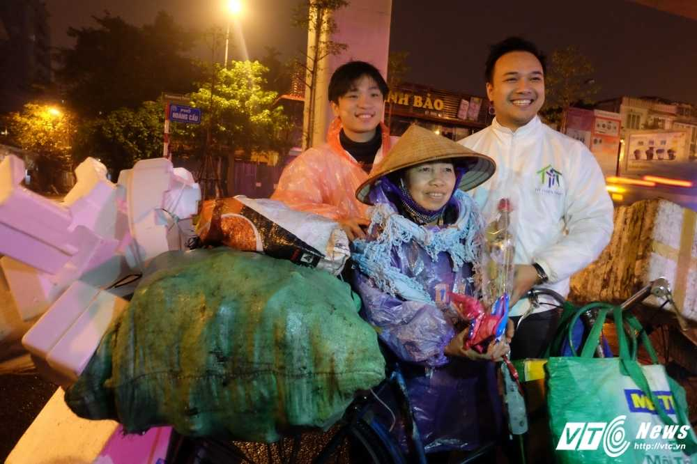 Ngay Quoc te Phu nu 2017: Nhung phu nu nhat phe lieu bat ngo duoc tang hoa hong trong dem hinh anh 1