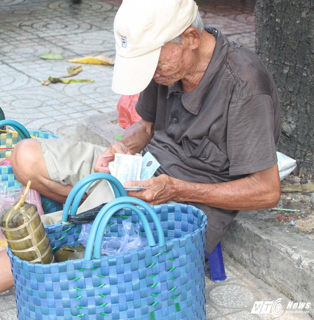 Noi dau chong noi dau cua nguòi cha già bán bánh nuoi con tạt nguyèn ỏ Sài Gòn hinh anh 2