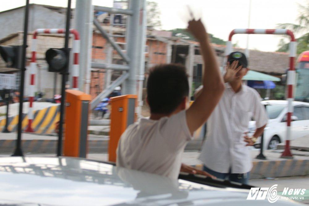 Tai xe tong bat barie, nhan vien BOT Cai Lay buoc phai cho qua hinh anh 9