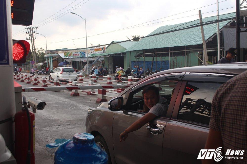 Tai xe tong bat barie, nhan vien BOT Cai Lay buoc phai cho qua hinh anh 6