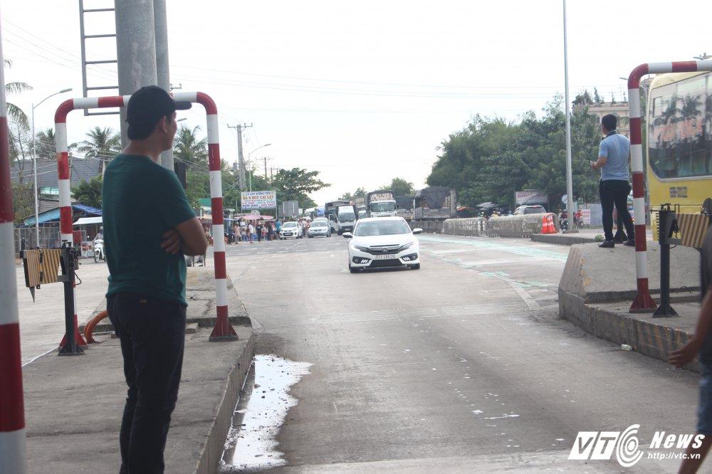 Tai xe tong bat barie, nhan vien BOT Cai Lay buoc phai cho qua hinh anh 3