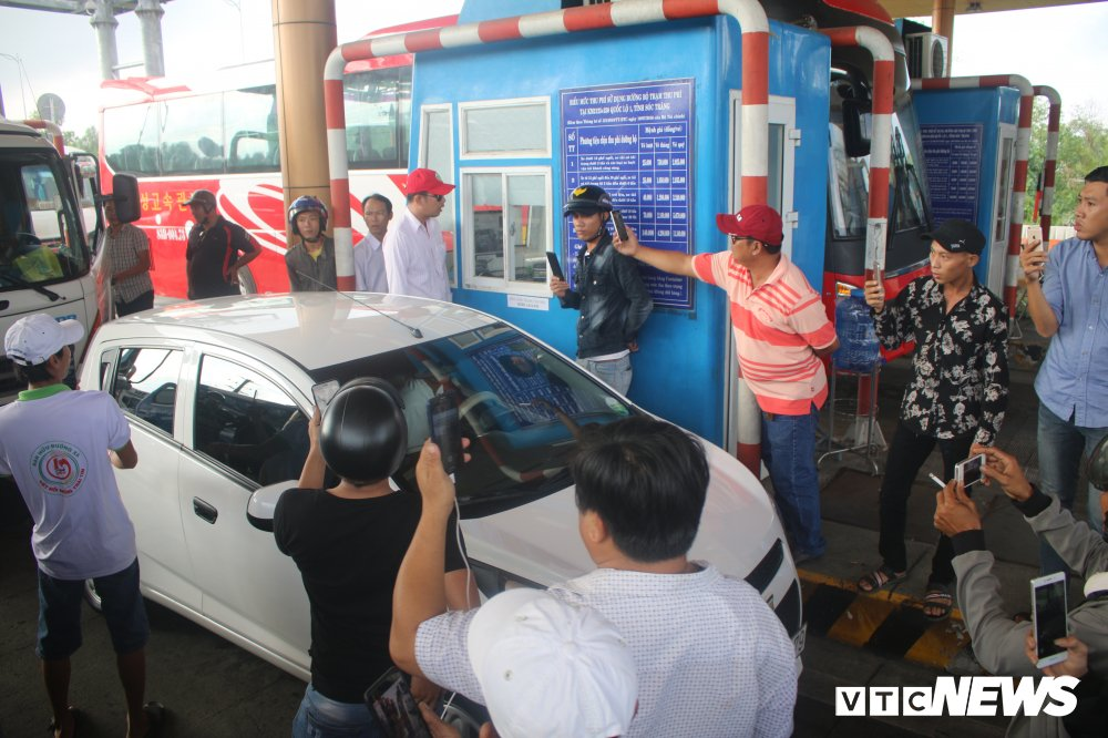 Tai xe phan doi tram BOT Soc Trang: 'Uong coc tra da ma phai tra tien cho ly ca phe sua' hinh anh 3