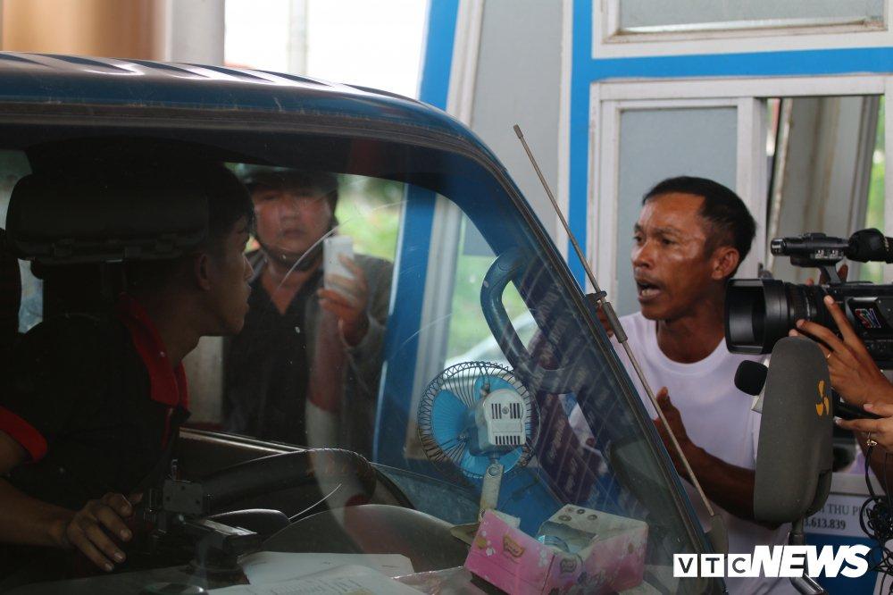 Bi BOT Soc Trang 'nhot' xe phan doi, tai xe buc xuc doi be thanh chan hinh anh 1