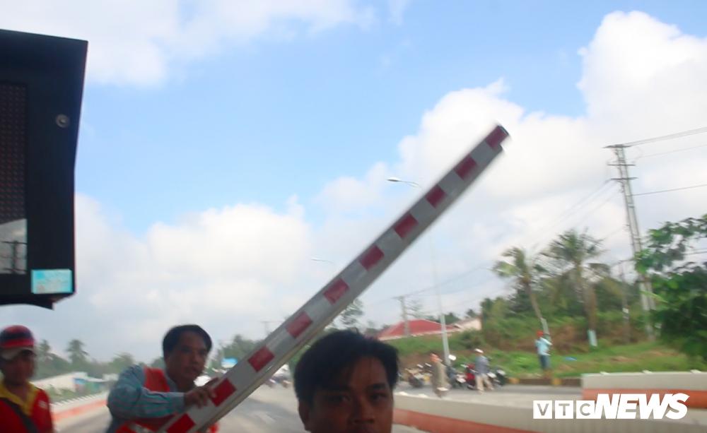 Anh: Tai xe tong sap barie, BOT Soc Trang buoc phai xa tram hinh anh 4