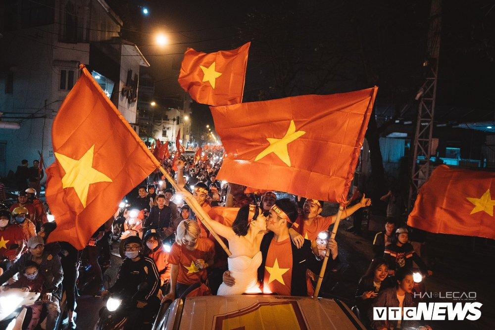 Anh: Nhung co dong vien 'di' nhat hanh tinh tiep lua cho cac chien binh U23 Viet Nam hinh anh 5