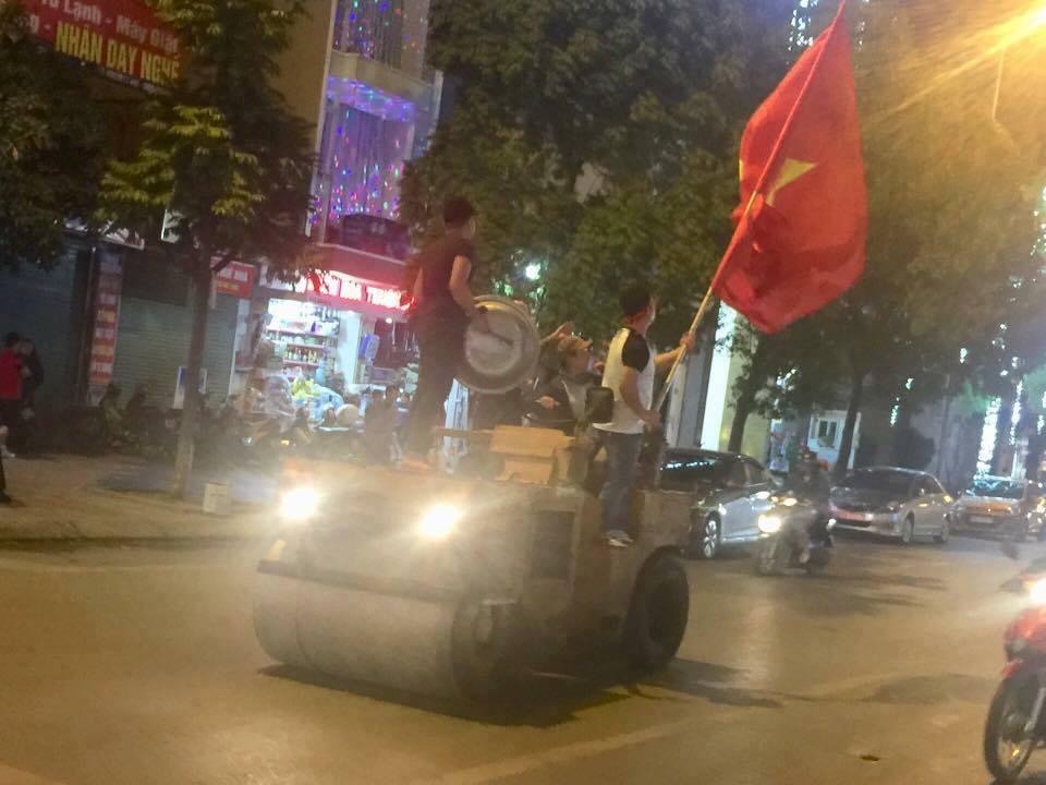 Anh: Nhung co dong vien 'di' nhat hanh tinh tiep lua cho cac chien binh U23 Viet Nam hinh anh 13