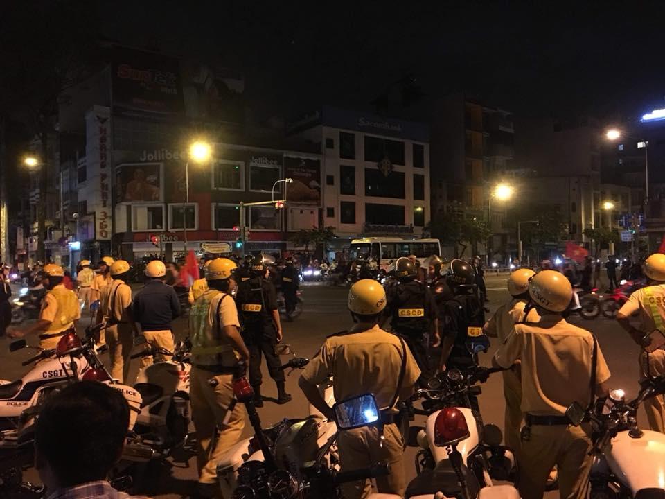 Tam giu hang tram phuong tien vi pham khi 'di bao' co vu U23 Viet Nam hinh anh 1
