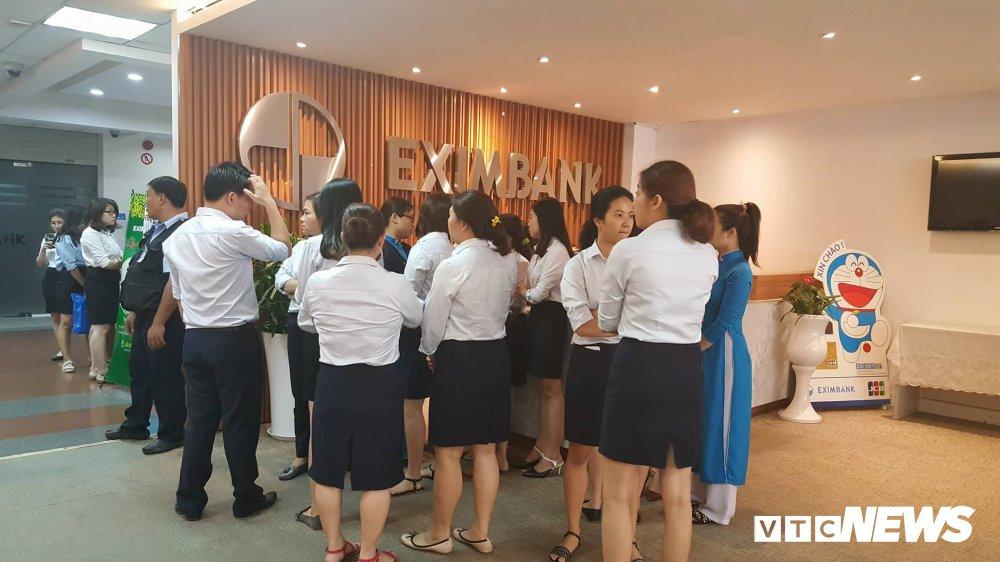 Khach mat 245 ty dong: Cong an kham xet ngan hang Eximbank chi nhanh TP.HCM hinh anh 1