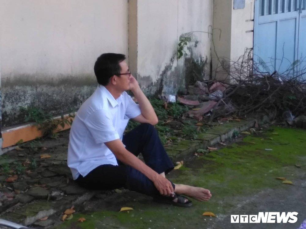 Thi THPT Quoc gia 2018 tai TP.HCM: Phu huynh dung ngoi khong yen doi con truoc cong truong hinh anh 7