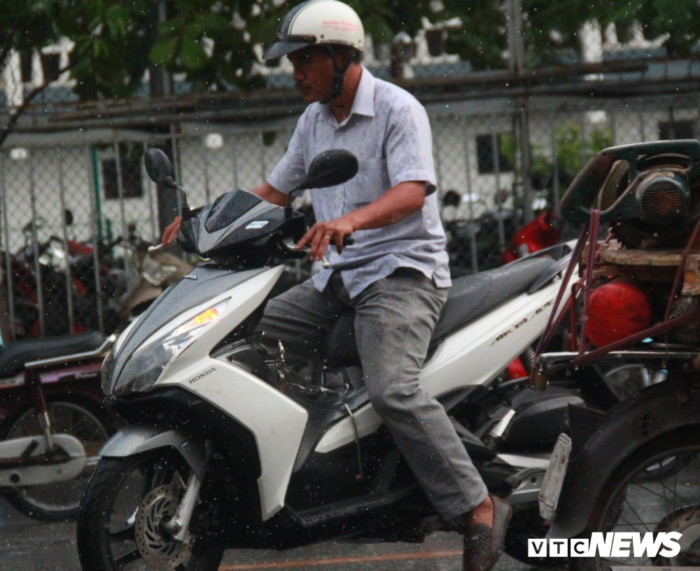 Thi THPT quoc gia 2018: Phu huynh doi mua cho con, thi sinh bat khoc vi de Toan dai, kho hinh anh 1