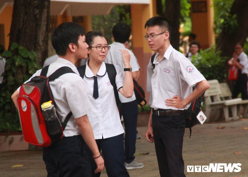 Thi THPT quoc gia 2018: Phu huynh doi mua cho con, thi sinh bat khoc vi de Toan dai, kho hinh anh 3