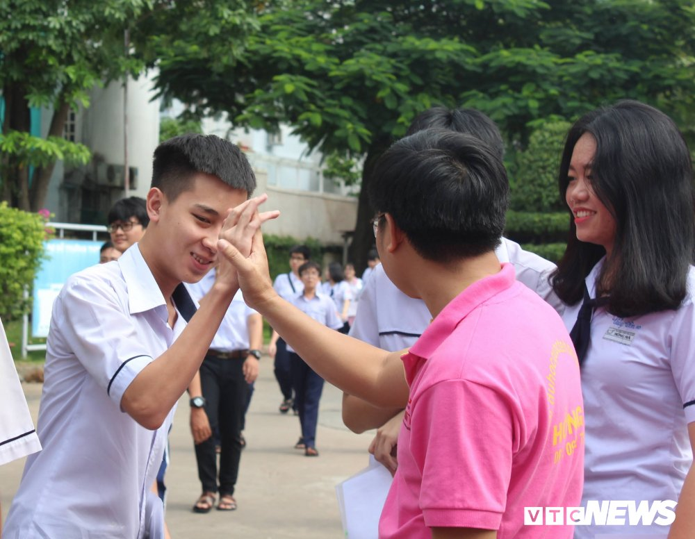 Thay co dung trai, doi mua dong hanh cung hoc sinh thi THPT Quoc gia 2018 hinh anh 3
