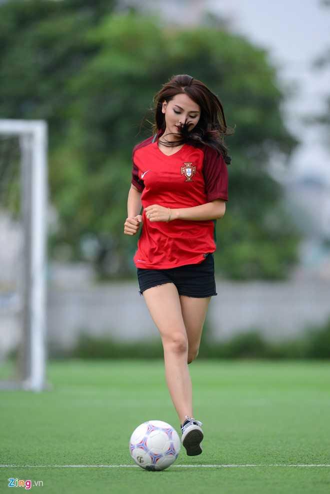 Hot girl 'Mu Tat' du doan Ronaldo lap hat-trick trong tran ra quan hinh anh 11