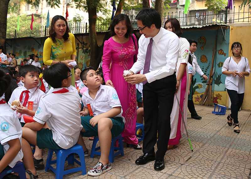 Pho Thu tuong Vu Duc Dam bat ngo du le khai giang o tieu hoc Viet Nam - Cu Ba hinh anh 2