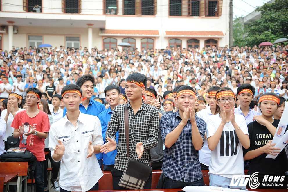 Trong Hieu Idol trong 'vong vay' cua gan 3.000 sinh vien DH Thai Nguyen hinh anh 1