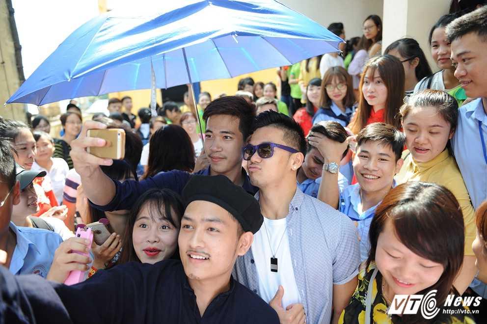 Trong Hieu Idol trong 'vong vay' cua gan 3.000 sinh vien DH Thai Nguyen hinh anh 9