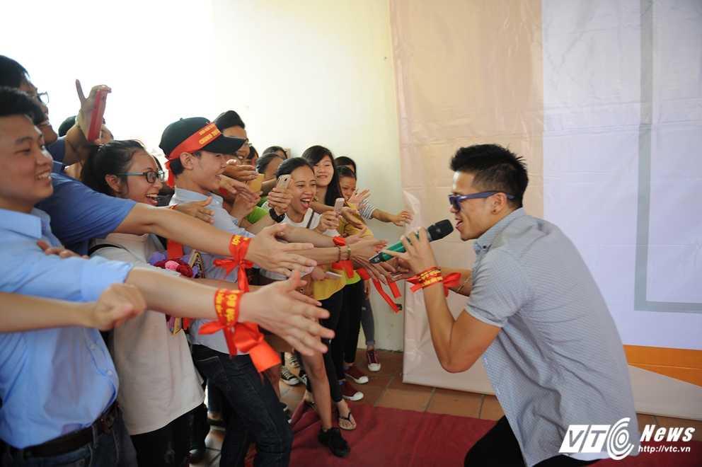 Trong Hieu Idol trong 'vong vay' cua gan 3.000 sinh vien DH Thai Nguyen hinh anh 14