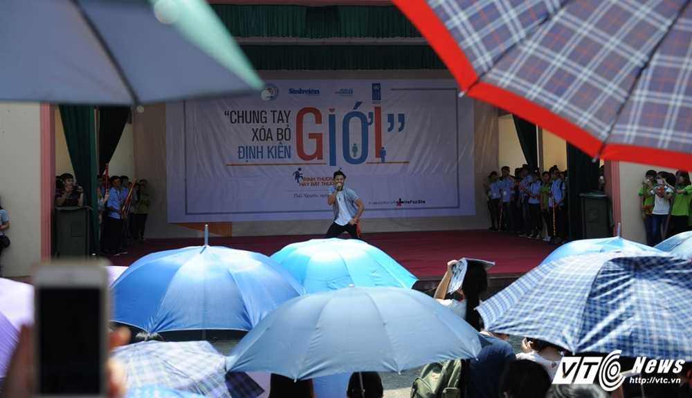Trong Hieu Idol trong 'vong vay' cua gan 3.000 sinh vien DH Thai Nguyen hinh anh 17