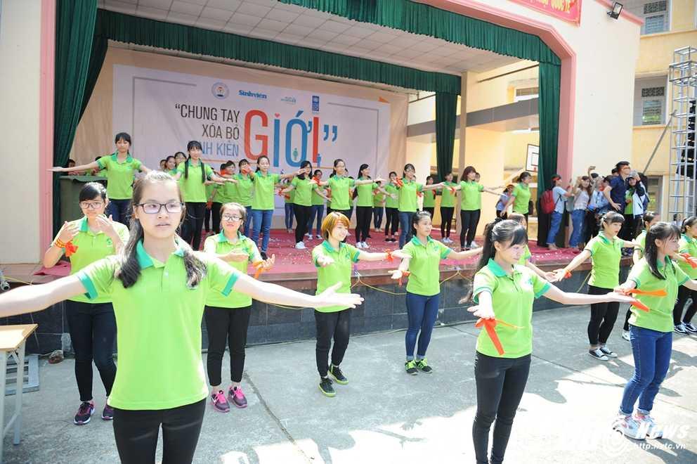 Trong Hieu Idol trong 'vong vay' cua gan 3.000 sinh vien DH Thai Nguyen hinh anh 4